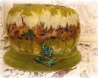 Doris conçu faisan plume et velours chapeau vintage avec des nuances de strass d'olive marron crème et aquas union fait milieu du siècle