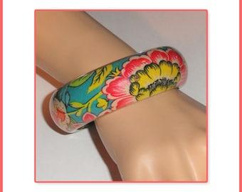 Colorful FLORAL FLOWERS Fabric Encased Lucite Bangle Bracelet