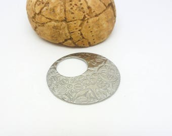 1 round stainless steel pendant 28mm etched flowers (USAI07) donut