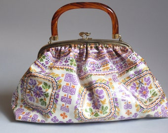 Vintage 1960s Purse / 60s Handbag / Large Purple Floral Plastic Purse w/ Metal Clasp