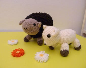 Mama sheep and her little lamb amigurumi (crochet hand)