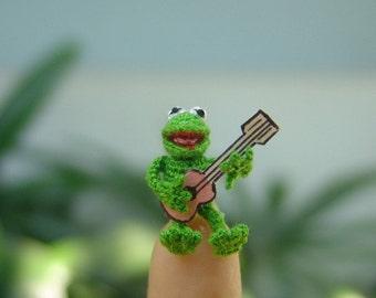 dollhouse miniature dolls -micro crochet amigurumi frog singer