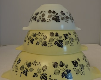 Set of 3 Vintage Pyrex Bowls - Nested Mixing Bowls - Gooseberry - Yellow & White