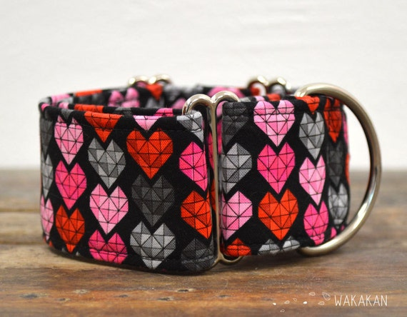 Martingale dog collar model Modern Love. Adjustable and handmade with 100% cotton fabric. hearts in black background, valentine's. Wakakan