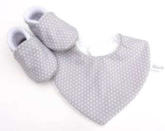 Set with booties and baby bib in grey and white stars, with non-slip slippers baby set and cotton bib