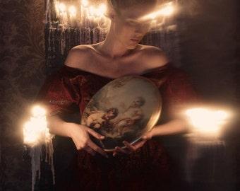 Quête de l'éclairage - livraison gratuite Photo surréaliste impression Fine Art Image Art sombre effrayant Portrait femme feu ombres bougies rouges anges