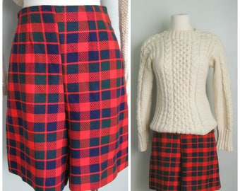 Vintage Wool Plaid High Waisted Shorts// Size Small// Red// Holiday
