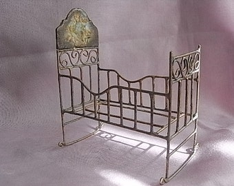 Nice crib with vintage engraving.