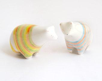 Figuren Miniaturen tragen weiß in keramischen Dekoration mit Sommer-Motiven in gelb, Orange, grün und blau. Bereit zum Senden