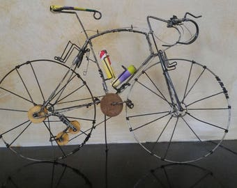 """Miniature """"Bicycle race"""" in wire and recycled cans"""