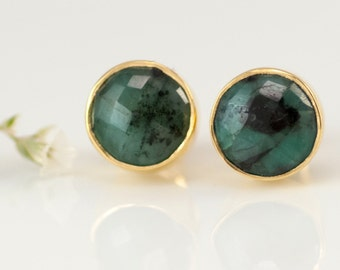 Gold Set Raw Emerald Stud Earrings, May Birthstone Earrings, Gift Ideas, Natural Gemstone Earrings, Round Post Earrings, Jewelry Trends