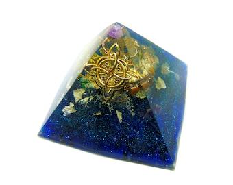 Orgone pyramide énergétique pentacle lune et croix celte inclusion de paillette