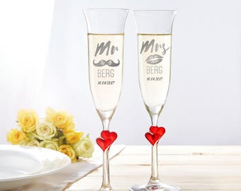 """Set of 2 Champagne Flutes with Red Hearts and Engraving - """"Mr & Mrs"""" with Moustache and Kiss Motif - Wedding Gift for Bride and Groom"""