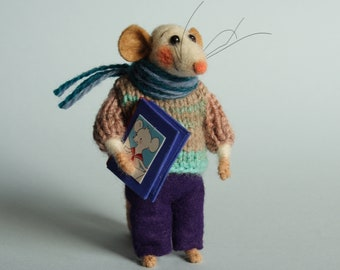 Needle felted mouse with book. Library mouse. Dollhouse mouse. Felting dreams. Ornament. Gift. Book lover. Decoration for book shelves.