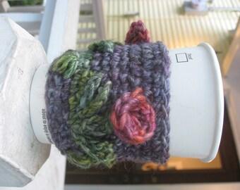 Rose garden coffee cozy crochet pattern // Quick and easy crochet gifts // Crochet coffee and tea accessories