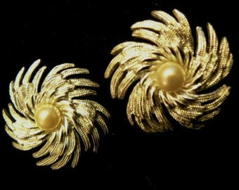 vintage jewels ... SarahCoventry marked silvertoned FLORAL EARRINGS with PEARLS ...