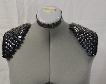 Epaulettes in knitted Dragonhide Scalemail Armor Black Knight