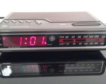 Vintage General Electric - AM/FM Alarm Clock Radio - Woodgrain finish! - 7-4612A