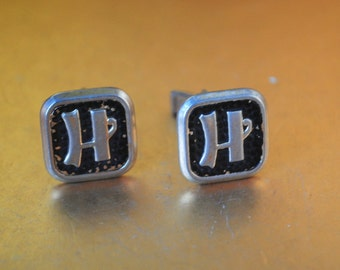 "Mod vintage 60s ""washed"" gold tone metal cuff links with a black enamel and letter H."