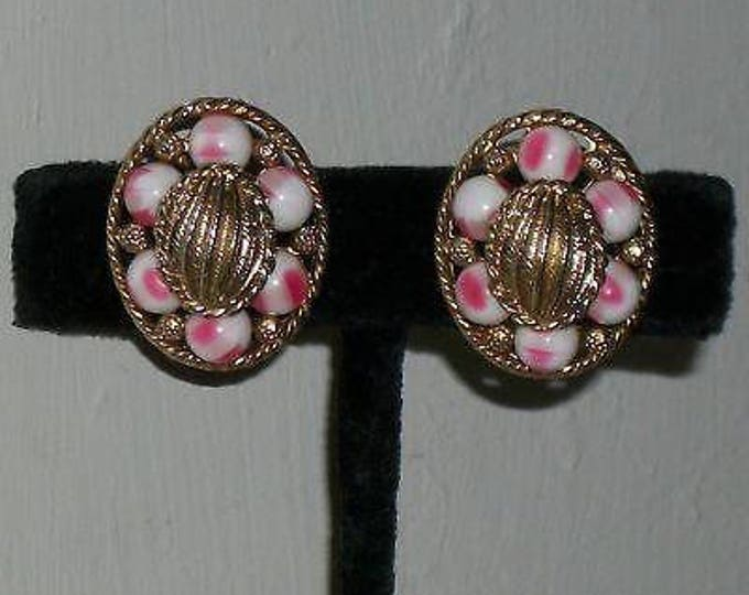 Vintage 60s 70s Boho Hippie Chic Oval Chunky Pink White Gold Plastic Bead Unsigned Womens Stainless Steel Clip Earrings