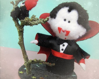Cake Topper Dracula and the raven/crow, little Halloween Figurine - Cute felt Halloween ornament miniature - cute gift for decoration