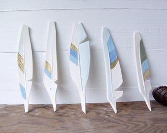 Federn. Fünf Keramik Federn. Von Hand gebaut. Mit Farbe. Und Gold. Und Löcher für DIY hängen.
