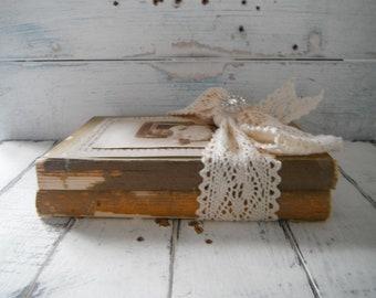 livre lot modifié livres livre vintage bundle upcycled brocante un décor chic rustique recyclé livres vintage décor shabby étagère gardienne