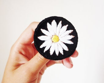 Embroidered Daisy: patch, PIN, pins