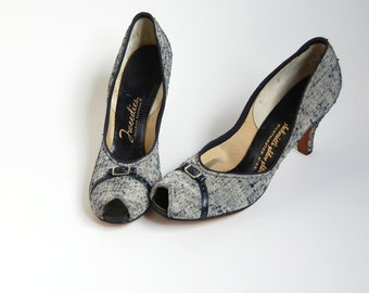 vintage Peep toe Pumps / 1940s Bombshell high heel shoes / Navy Blue Off White tweed fabric / Buckle detail / 40s pumps / narrow sz 6 6.5  7
