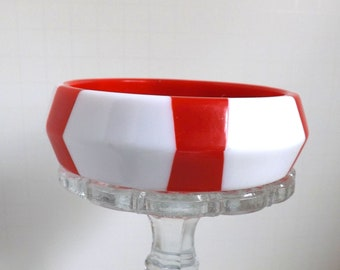 Vintage chunky red and white lucite striped bangle bracelet beveled saucer with hexagon panels