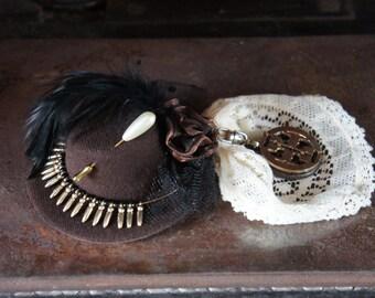 Einer der einen freundlichen Steampunk Mini Hut Fascinator In Braun mit Metall Perlen Detail, Jahrgang geflochtene Goldhut Pin, Organza-Blumendekoration