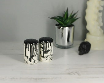 Skull salt shaker, salt and pepper, set of 2, gothic shakers, kitchen pots, weird and wonderful, goth skulls, hand painted, ceramic gift