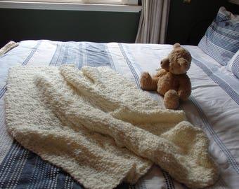Knitted throw in Cream bulky yarn