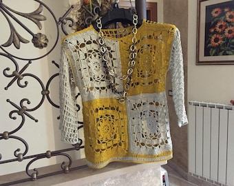 Crochet knitting entirely handmade, the jersey has on the front floral motifs.