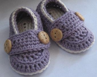 Crochet chaussons pour bébés, Coton Pima petit bouton mocassins / / beaucoup de couleurs et de tailles au choix / / cadeau de shower, de révéler la grossesse de bébé