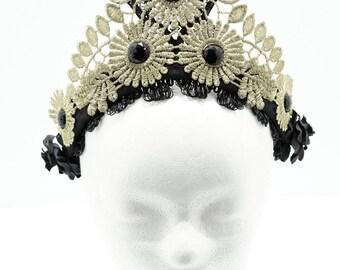 Bronze Gold tudor  filigree lace crown kokoshnik / Goldene Spitzen Krone mit schwarzen Cabochons