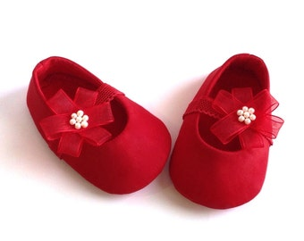Red baby shoes. Red baby girl shoes. Red baby booties. Baby ballet shoes. Baby slippers. Baby Christmas Shoes. Fabric baby shoes.