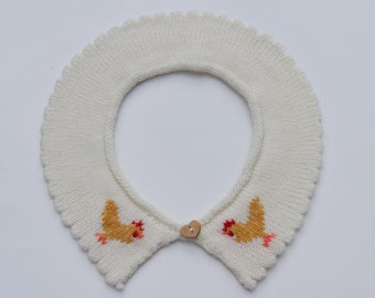 Knitted lambswool collar with embroidered chicken decoration.