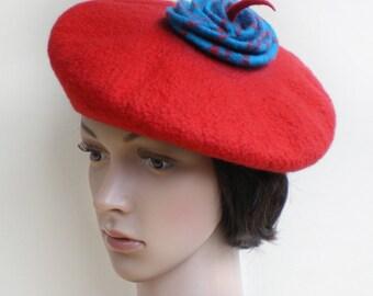 Béret rouge décoré de fleur bleu en pure laine mérinos feutrée pour femmes audacieuses