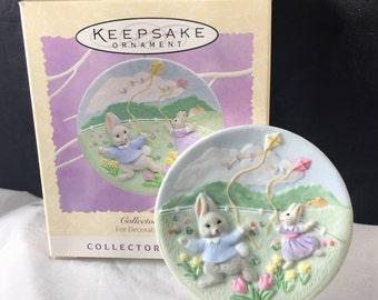 """Hallmark Easter Ornament """"Catching the Breeze"""" Collector Plate 2nd in Series Bunnies with Kites 1995 w/box"""