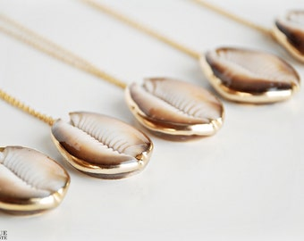 Collier coquillage cauri en brun foncé et blanc trempé dans l'or et d'argent