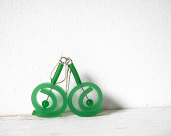 Emerald green earrings, dangle summer jade earrings round spiral rubber earrings