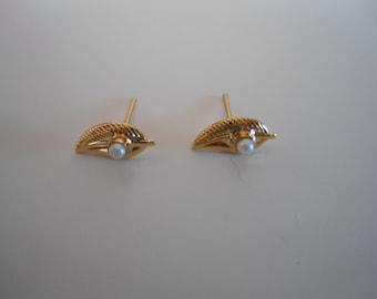 Stylish 80s golden vintage earrings.