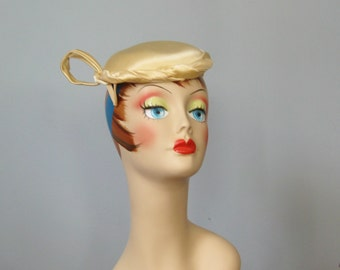 Ladies Vintage Hat / Vtg 40s 50s / Ivory Satin Fascinator / sculptural champagne ivory hat