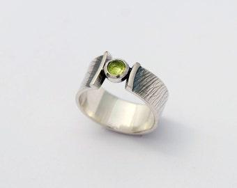 samara printed wrap ring - sterling silver band with peridot cabochon size 5