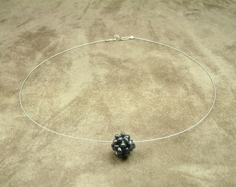 Wire Necklace with Black Pearl Cluster Ball (Κολιέ από Ατσαλόσυρμα με Μαύρη Μαργαριταρένια Μπάλα)