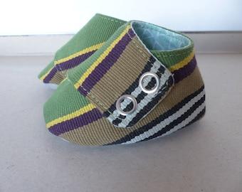chaussons espadrille 0/3 mois Petits Petons coton rayé vert, noir et jaune, jersey gris, doublés coton