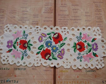 Vintage,Hungarian handmade embroidered doily/runner w. Kalocsa flower pattern,Cottage/Shabby Chic