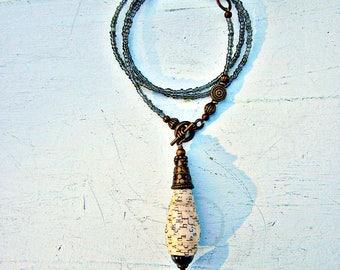 Récupéré à collier, pendentif de papier Y avec des perles de verre gris: Raphael