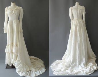 Queen of brides wedding gown | Balloon sleeves and buttoned back viscose bridal dress | 1940's by Cubevintage | xs